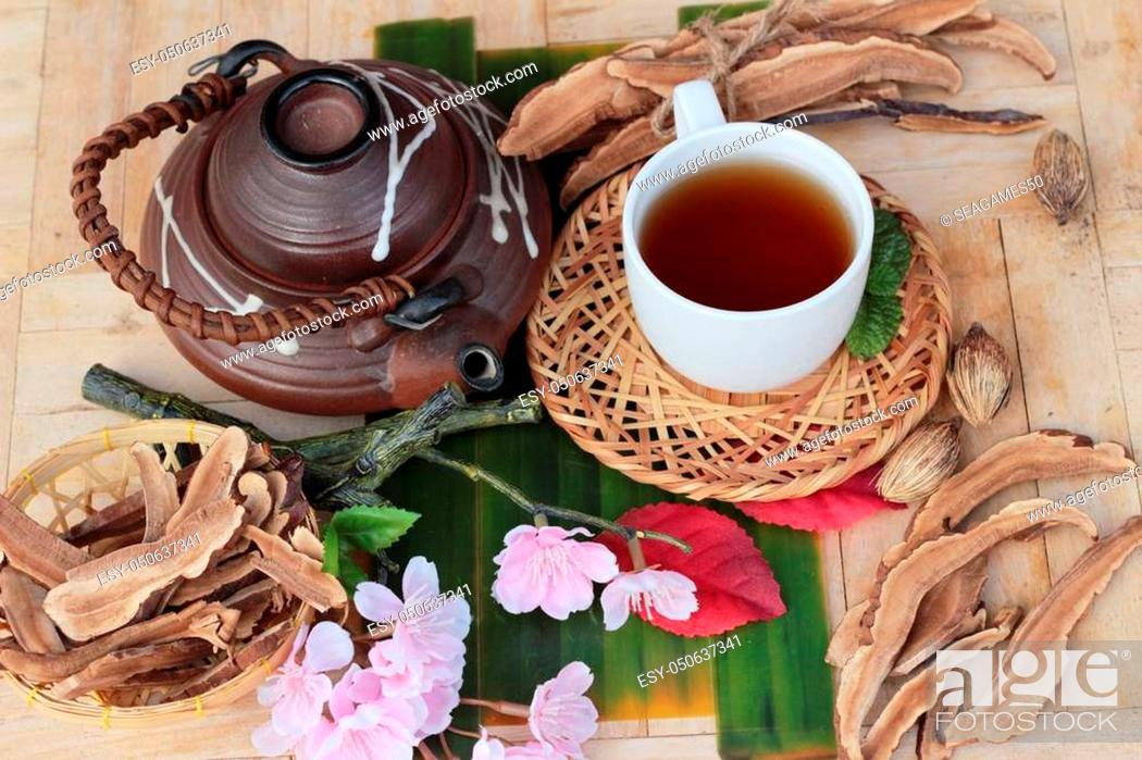 Photo de stock: Lingzhi mushroom tea - Ganoderma lucidum for health.