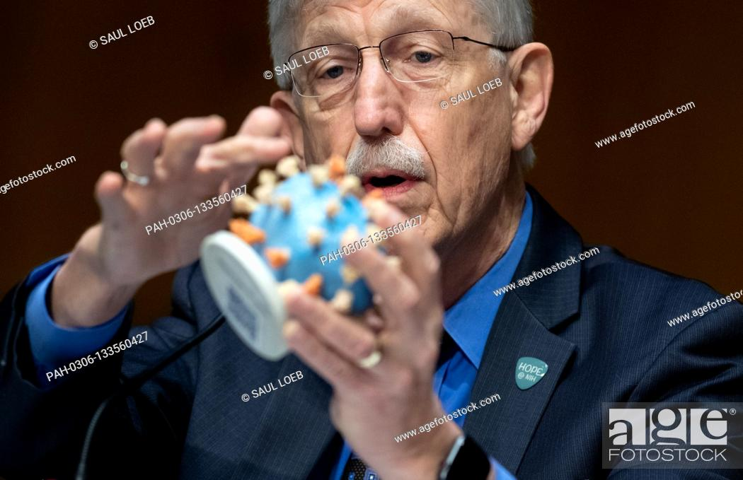 Photo de stock: Dr. Francis Collins, Director of the National Institutes of Health (NIH), holds up a model of COVID-19, known as coronavirus.