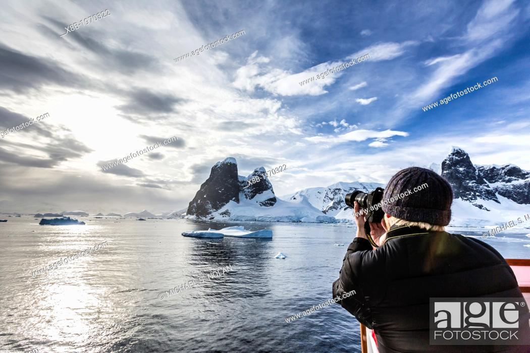 Imagen: Guest from the Lindblad Expedition ship National Geographic Explorer enjoy Lemaire Channel, Antarctica, Southern Ocean.