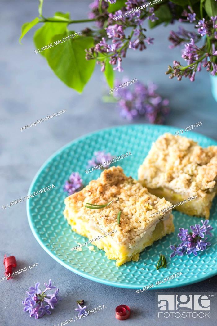 Photo de stock: Rhubarb cake with vanilla custard and crumble topping.