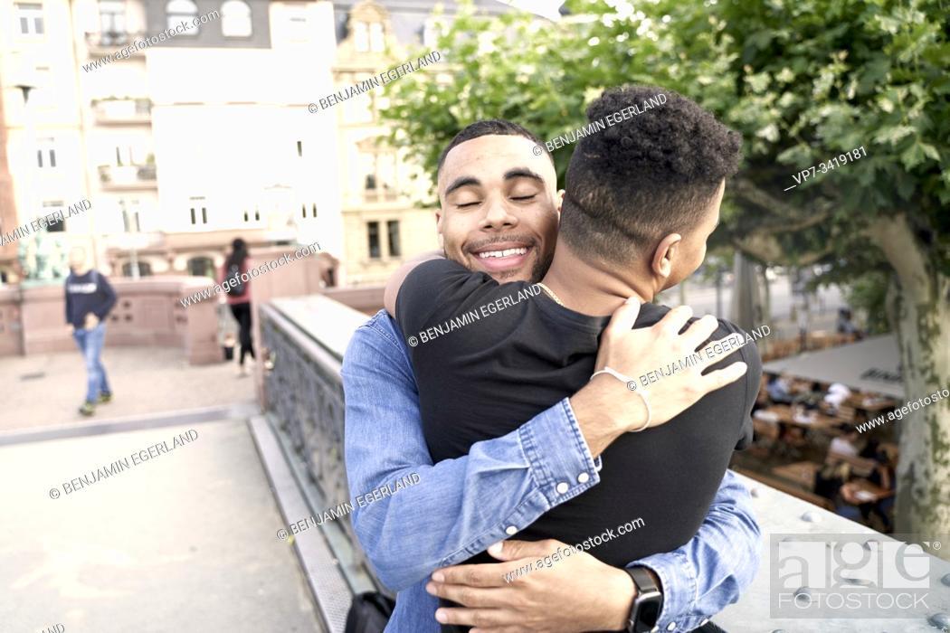 Imagen: Gay couple embracing. Frankfrut am Main, Germany.