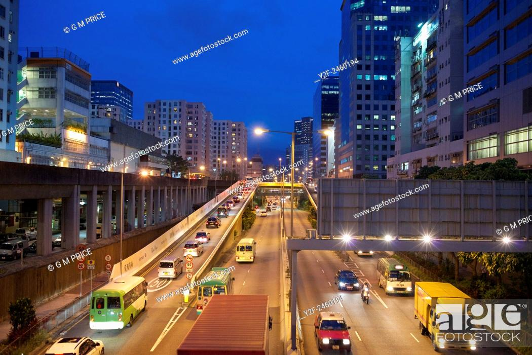 Imagen: busy motorway and apartments at dusk in Kowloon Bay, China.