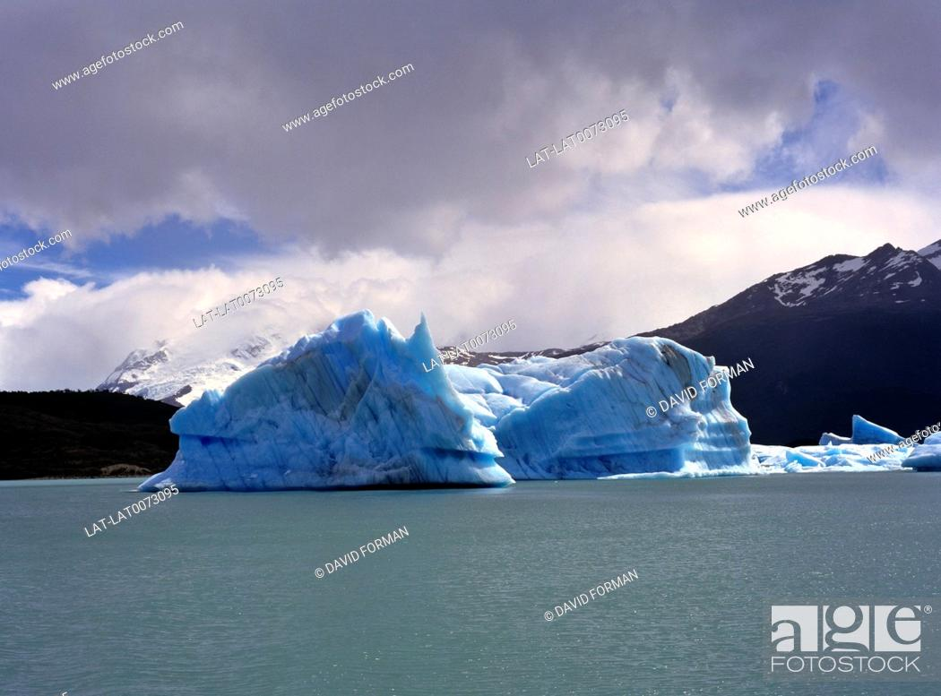 Imagen: An iceberg is a large piece of ice that has broken off from a snow-formed glacier or ice shelf and is floating in open water.