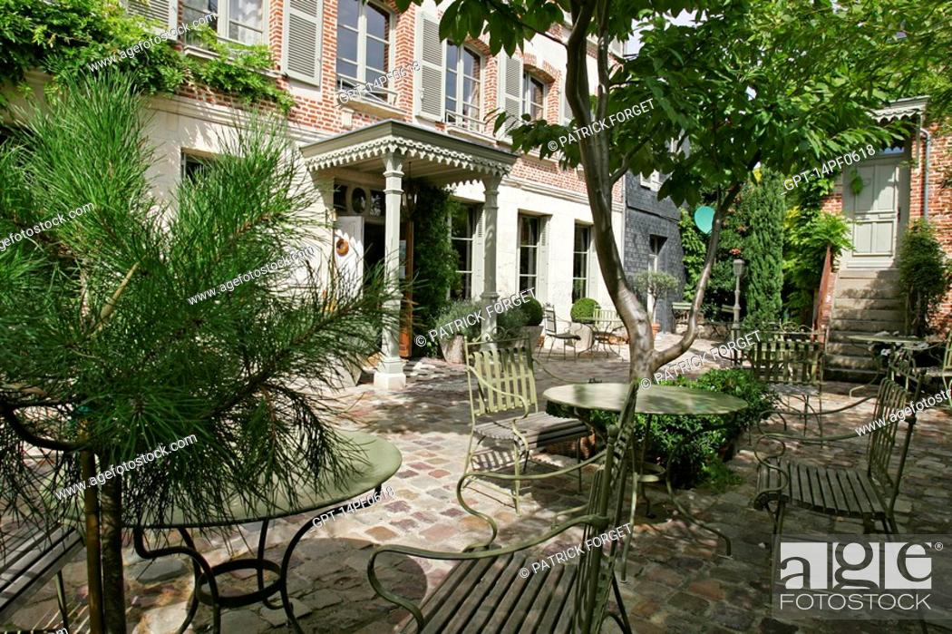Stock Photo: OUTER COURTYARD, HOTEL 'LA MAISON DE LUCIE', LA CHAUMIERE, HONFLEUR, CALVADOS 14, NORMANDY, FRANCE.