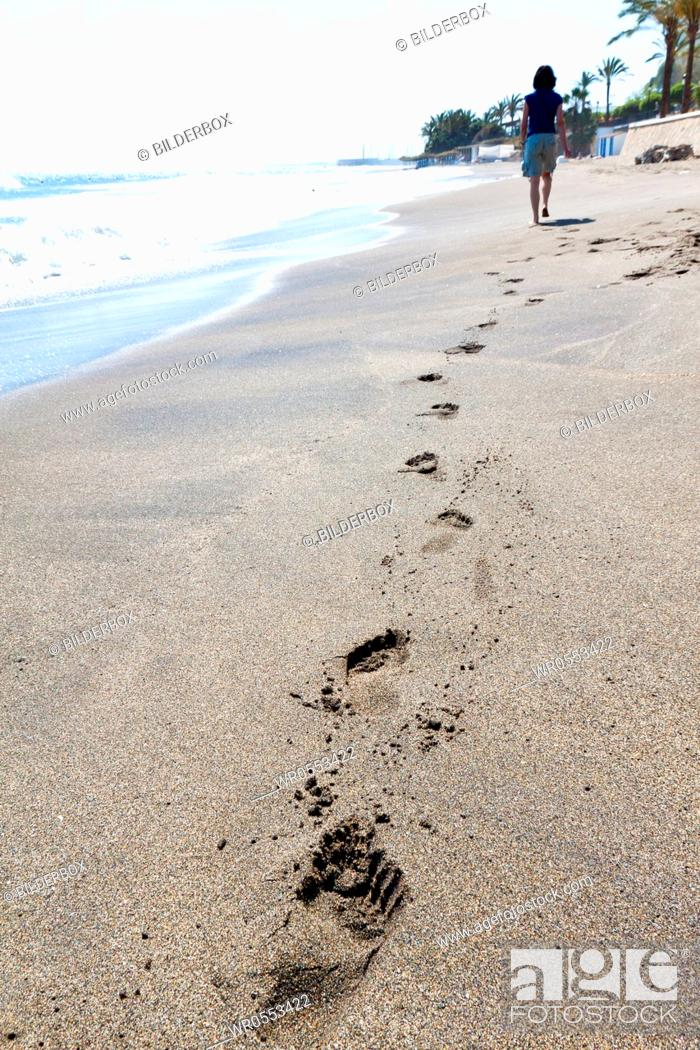 Imagen: A woman walks on the beach.Recreation vacation.