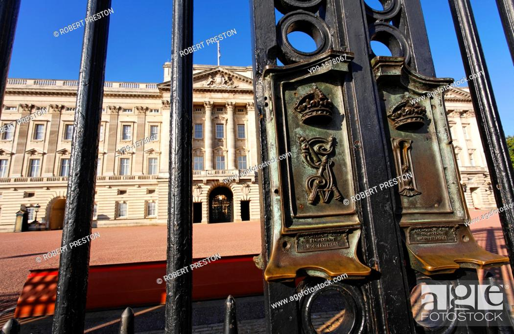 Stock Photo: The gates of Buckingham Palace, London, UK.