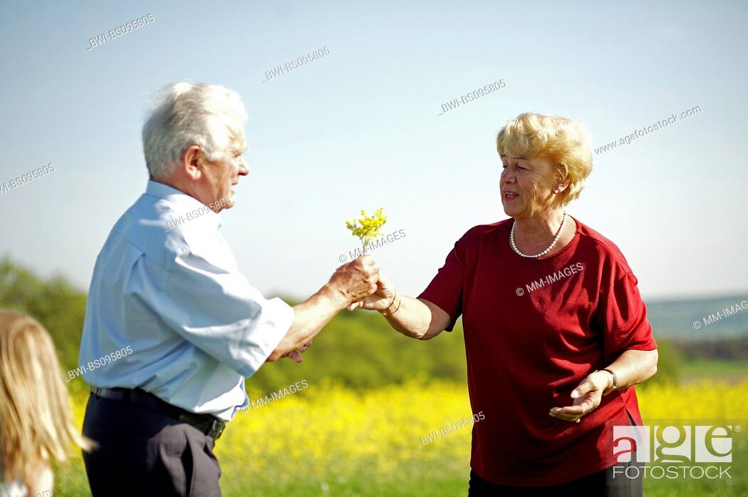 Imagen: old lady getting flowers, Germany.