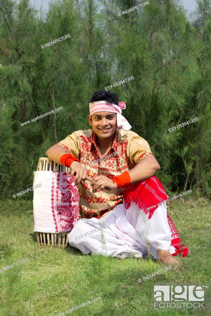 Imagen: Portrait of a Bihu dancer sitting with a dhol.