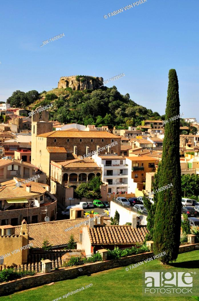 Imagen: Overlooking the historic town of Begur with the remains of the castle of Begur, Costa Brava, Spain, Iberian Peninsula, Europe.