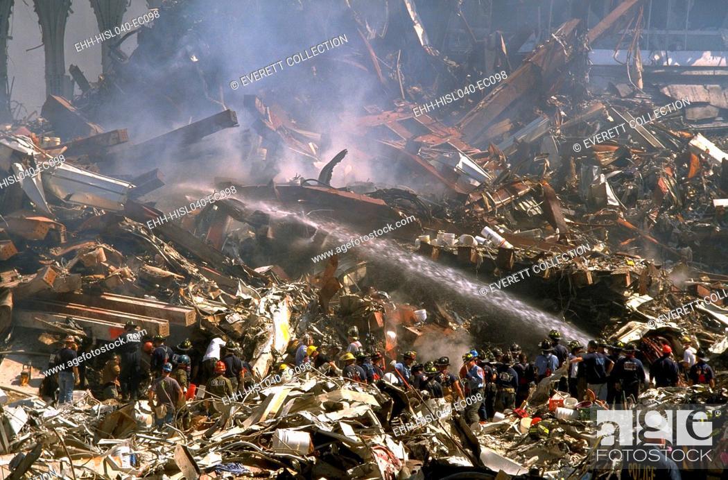 Imagen: Firemen sprays still burning ruins of the World Trade Center on Sept 16, 2001. In upper right are ruins of WTC 3, the Marriott World Trade Center.