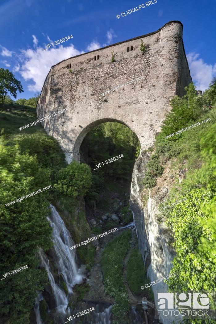Photo de stock: Aqueduct bridge of Grand Arvou, Porossan, Aosta Valley, Italy.