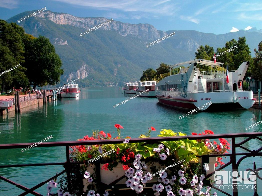 Stock Photo: France, Annecy, Haute-Savoie, Rhone-Alpes, Europe, Lake Annecy, Lac d' Annecy, excursion boats, Lakeside park, mountains, flower boxes.