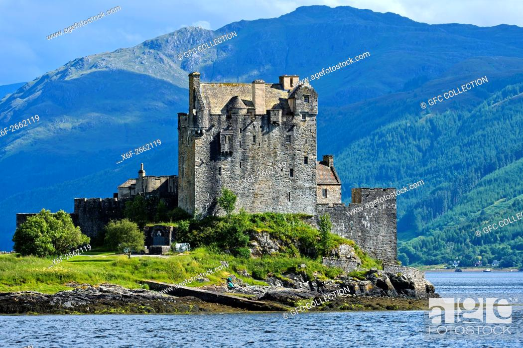 Photo de stock: Eilean Donan Castle seen from the west at Loch Duich near Dornie, Western Ross-shire, Scottish Highlands, Scotland, United Kingdom.