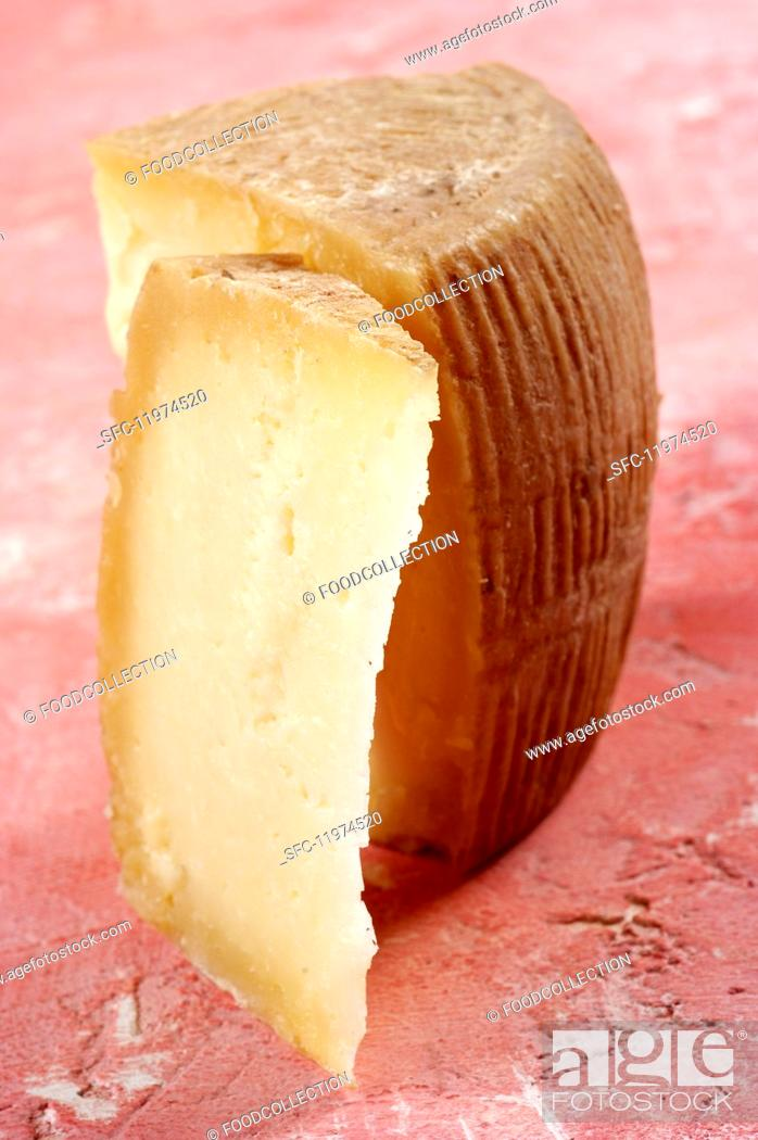 Imagen: Canestrato di moliterno (cheese made from sheep's and goat's milk, Italy).
