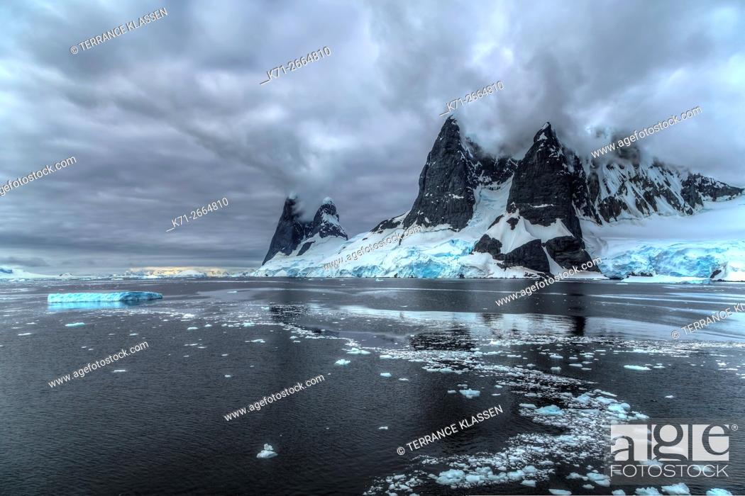 Imagen: Scenic landscape of mountains and glaciers in the Neumayer Channel of the Antarctic Peninsula.