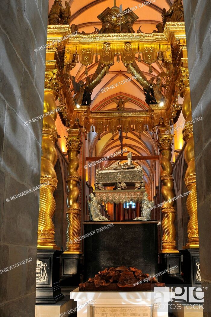 Imagen: Royal Gniezno Cathedral's interior with sarcophagus St. Adalbert, historical and royal city in Greater Poland Voivodeship.