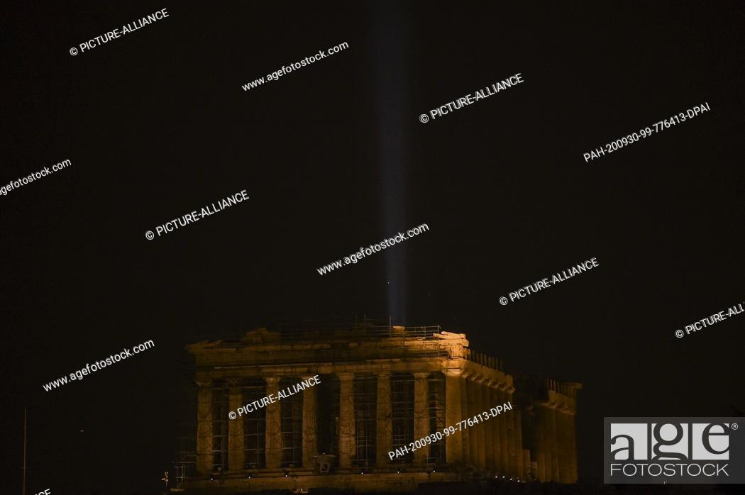 Imagen: 30 September 2020, Greece, Athen: The Acropolis shines in a new light: a new lighting system has been inaugurated by the Ministry of Culture at the.