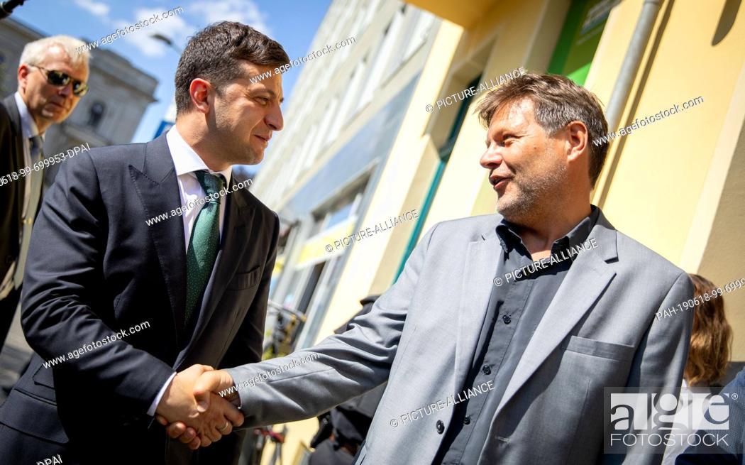 Imagen: 18 June 2019, Berlin: Robert Habeck (r), Federal Chairman of Bündnis 90/Die Grünen, receives Volodymyr Selensky, President of Ukraine.