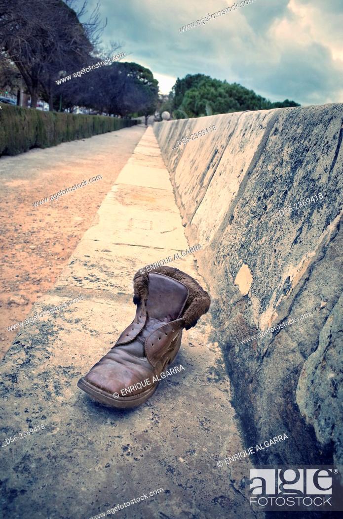Imagen: Abandoned shoe in the street, Valencia, Spain.