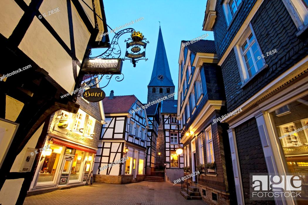 Imagen: old city of Hattingen with Sankt Georg church, Germany, North Rhine-Westphalia, Ruhr Area, Hattingen.