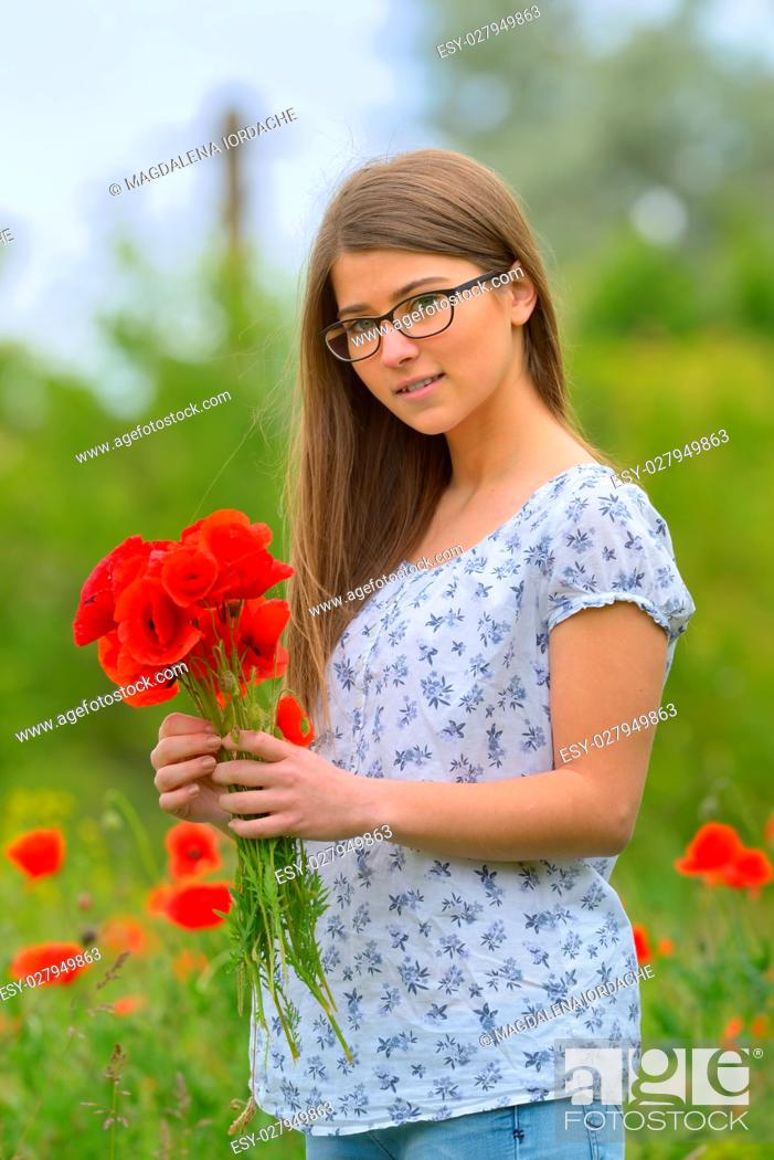 Imagen: Beautiful young girl in the poppy field.