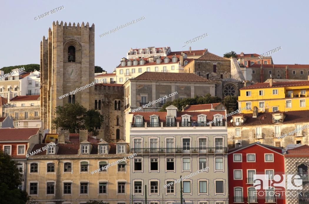Imagen: Buildings in Alfama Lisbon Se Cathedral on left.
