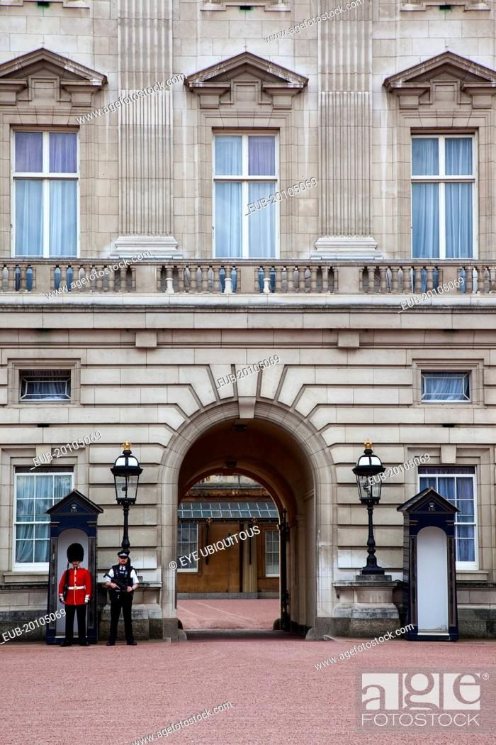 Imagen: Westminster Buckingham Palace exterior with both Queens Guard and Metropolitan Police armed officers.