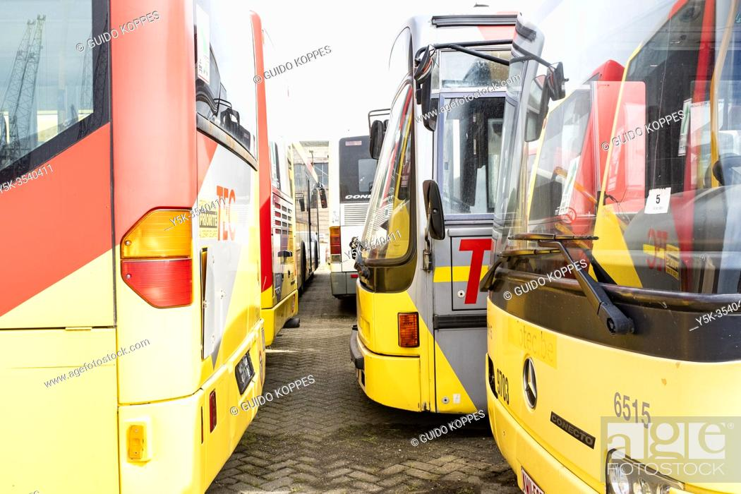 Photo de stock: Rotterdam, Netherlands. Decomissioned public transport busses, formely used in Belgium, now waiting at Mewerhaven Docks to be shipped out to Thirth World.
