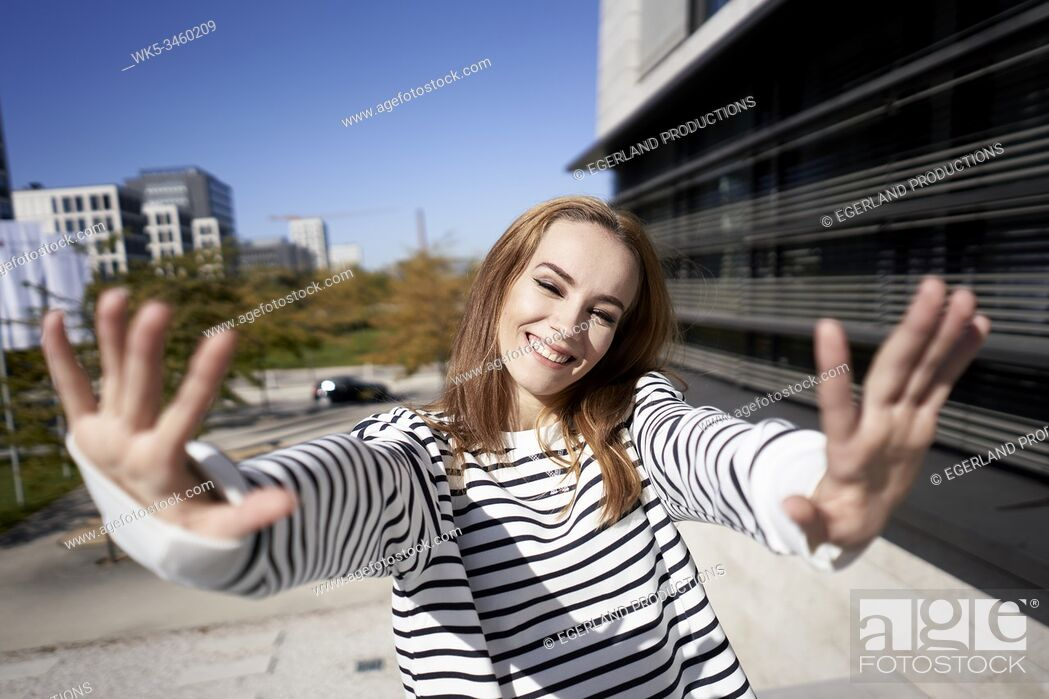 Imagen: Young woman making hand gesture, stop sign. Munich, Germany.