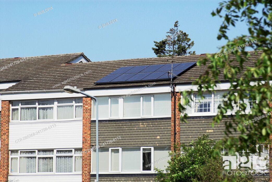 Imagen: 1960s built council house with solar voltaic panels, Wanstead, East London, UK.