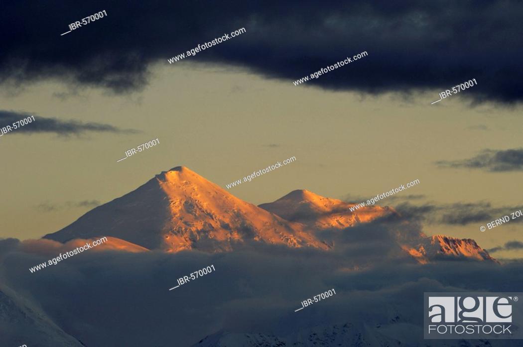 Photo de stock: Sunset over the Alaska Range, rain clouds, Denali National Park, Alaska, USA, North America.