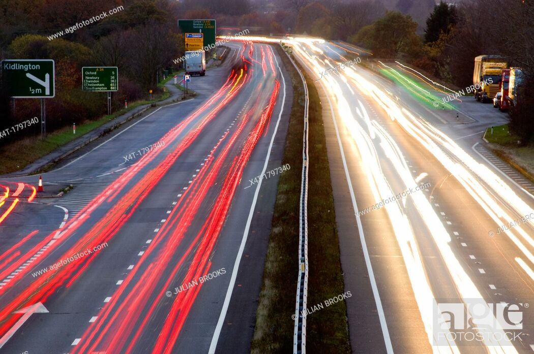 Imagen: night falling over the A34 with light trails.