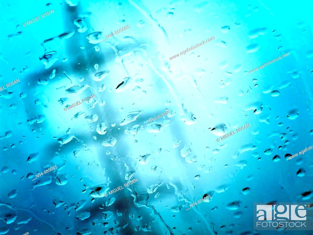 Imagen: Given an electricity pole through the windshield of a car, a gray and rainy day.