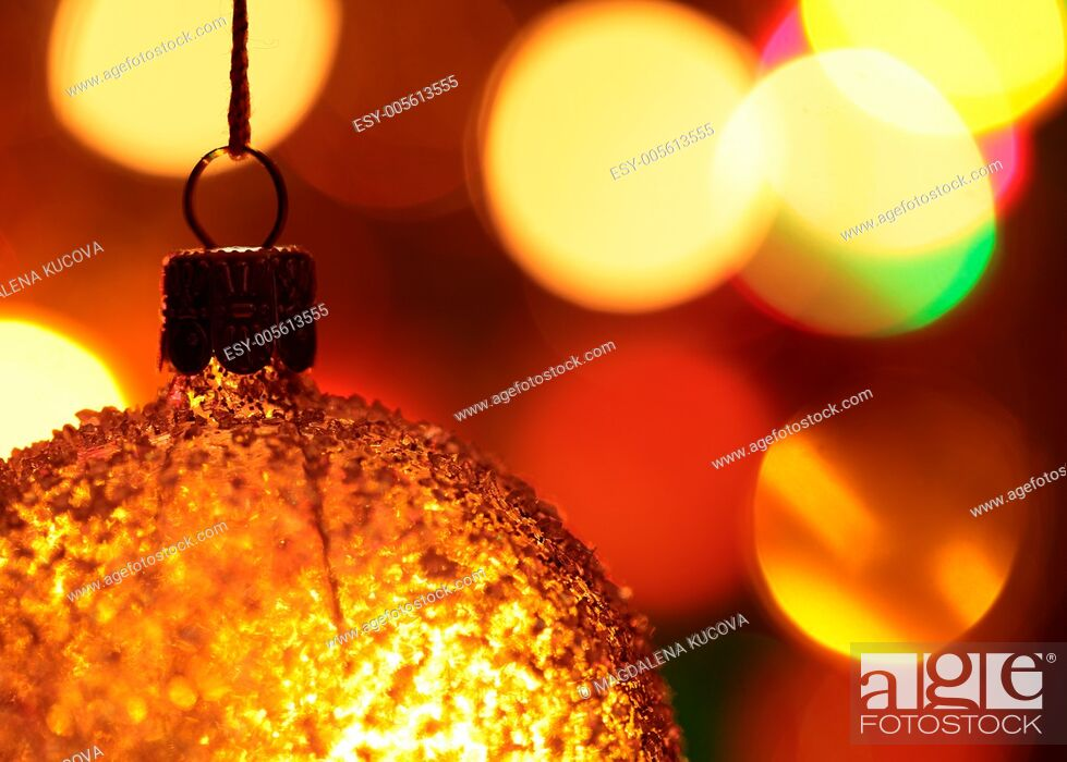 Imagen: Close-up of Christmas ornament and defocused Christmas lights.