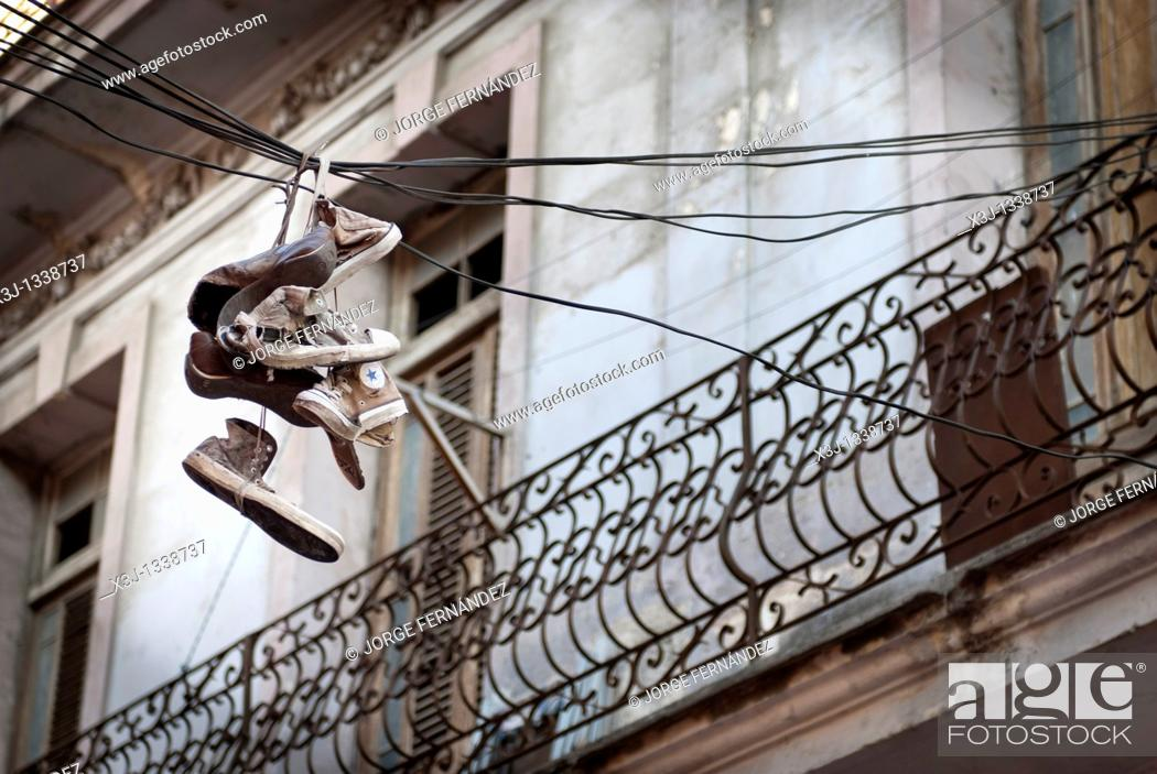 Imagen: Shoes hanging from the street wires, La Habana, Cuba, Caribbean.