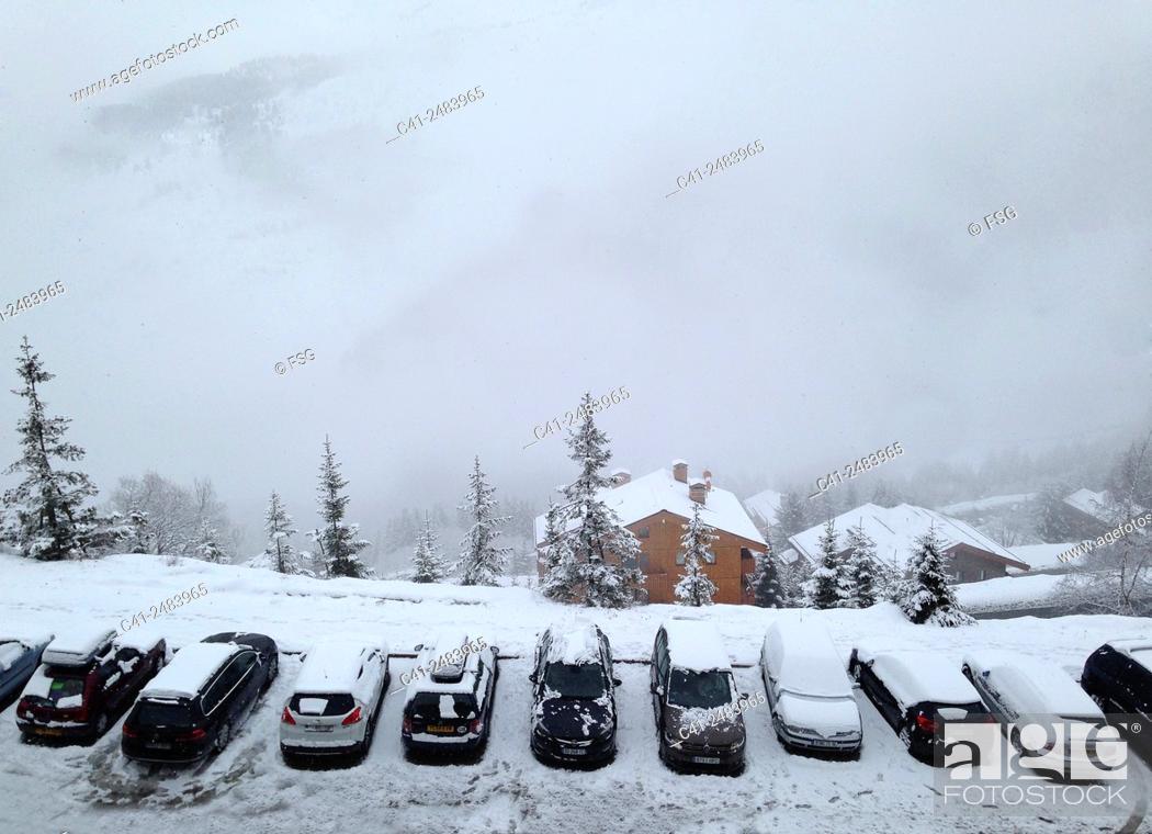 Imagen: Cars parked in the snow. Mottaret. France.