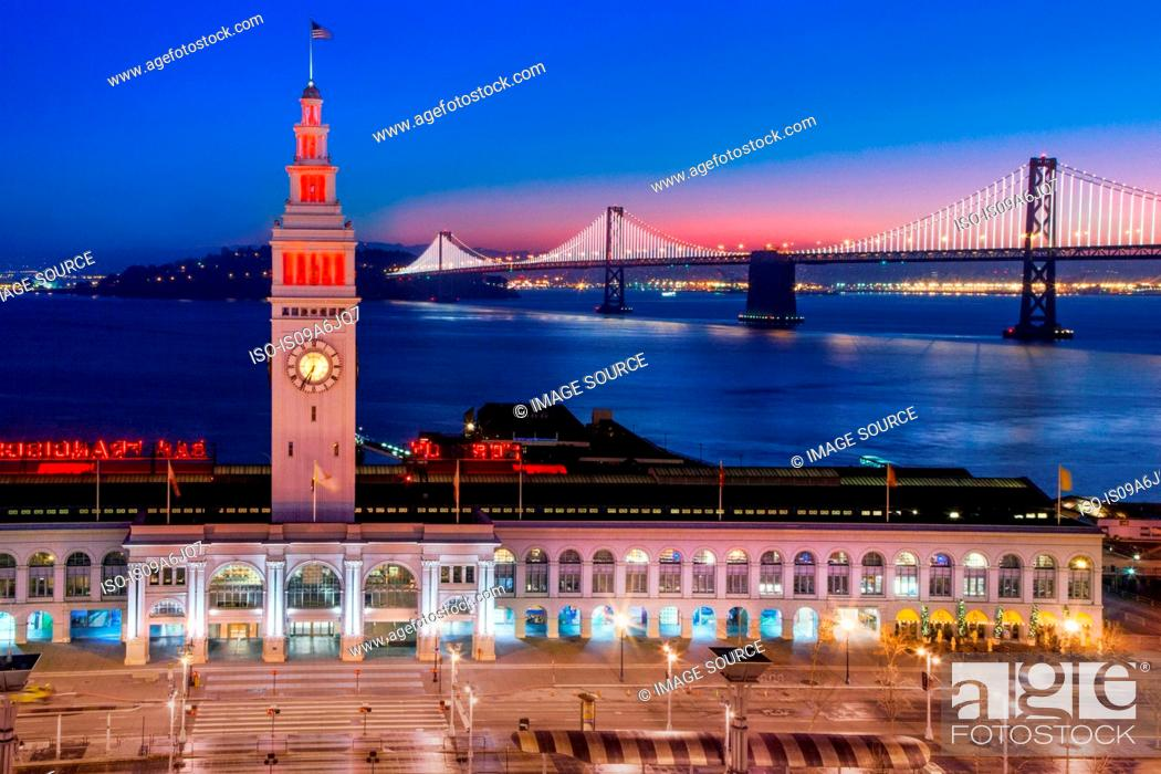 Imagen: San Francisco building and bridge at night.