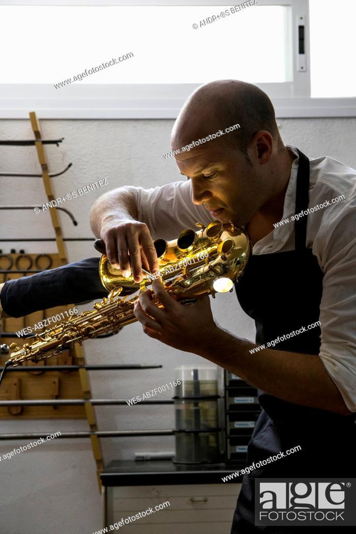 Imagen: Instrument maker using a scraper during a saxophone repair.