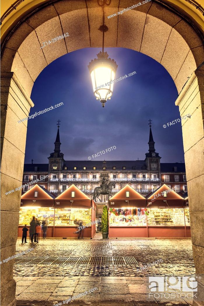 Photo de stock: Christmas Market in Plaza Mayor at Christmastime. Madrid. Spain.