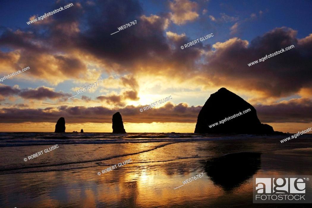 Stock Photo: Haystack rock, Cannon Beach. Oregon, USA.