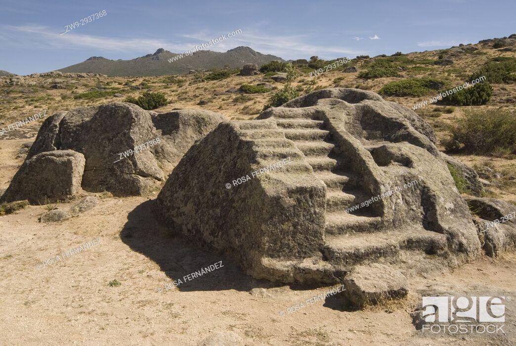 Photo de stock: Primitive altar for sacrifices sculpted in a granite block, Castro de Ulaca, Villaviciosa, Ávila, Castilla y Leon, Castile, Spain.