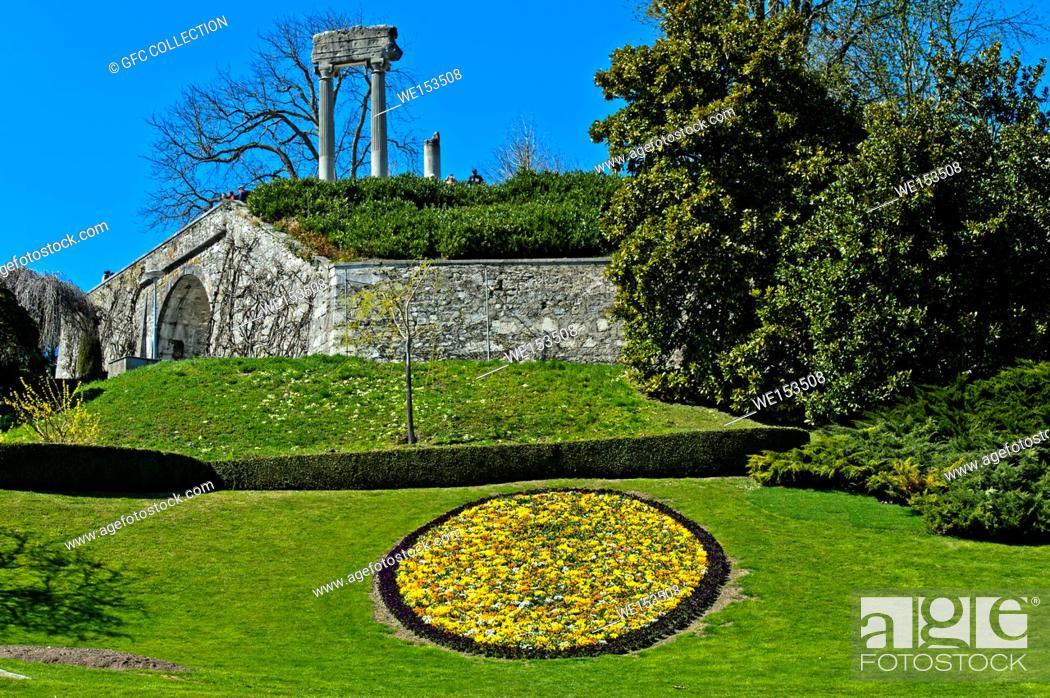Stock Photo: Blumenmedallion im Park, hinten römiische Säulen, Nyon, Waadt, Schweiz / Medallion of spring flowers in the park, roman columns behind, Nyon, Vaud, Switzerland.