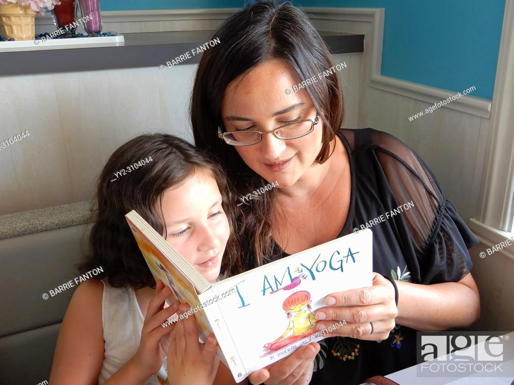 Imagen: Mother and Daughter Reading Book Together, Perry, New York, USA.