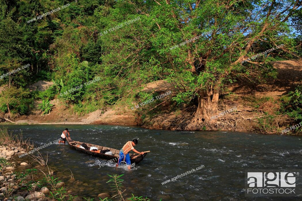 Imagen: tribal people are carring goods by boat on the Sangu river at Tindu Bandarban, Bangladesh.