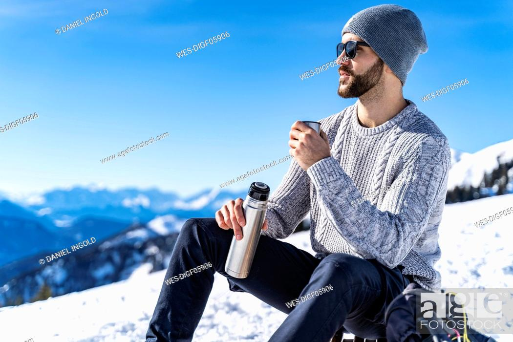 Stock Photo: Germany, Bavaria, Brauneck, man in winter in the mountains having a break.