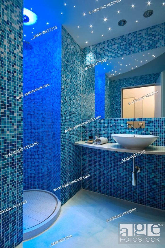 bagno con pareti rivestite di piastrelle blu a mosaico, Stock Photo ...