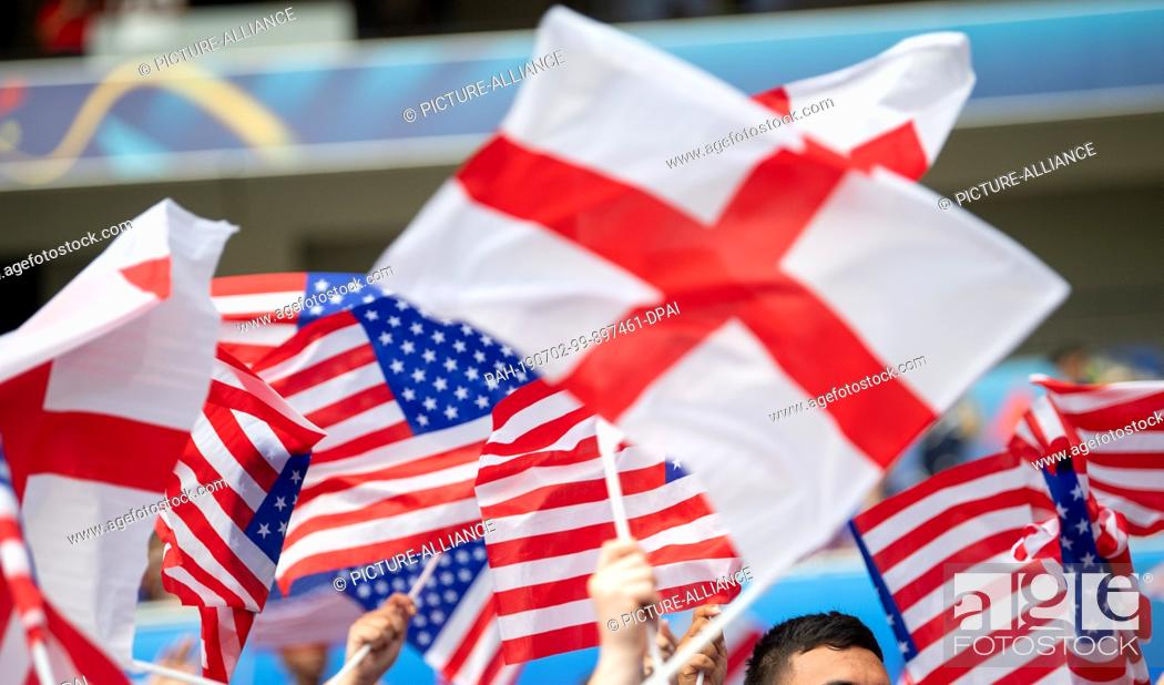 Imagen: 02 July 2019, France (France), Décines-Charpieu: Football, women: WM, England - USA, final round, semi-final, Stade de Lyon: Fans waving English and US-American.