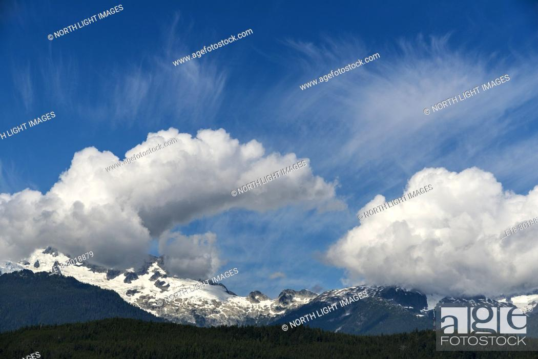 Imagen: Canada, BC, Whistler. Clouds over the Coast Mountains.