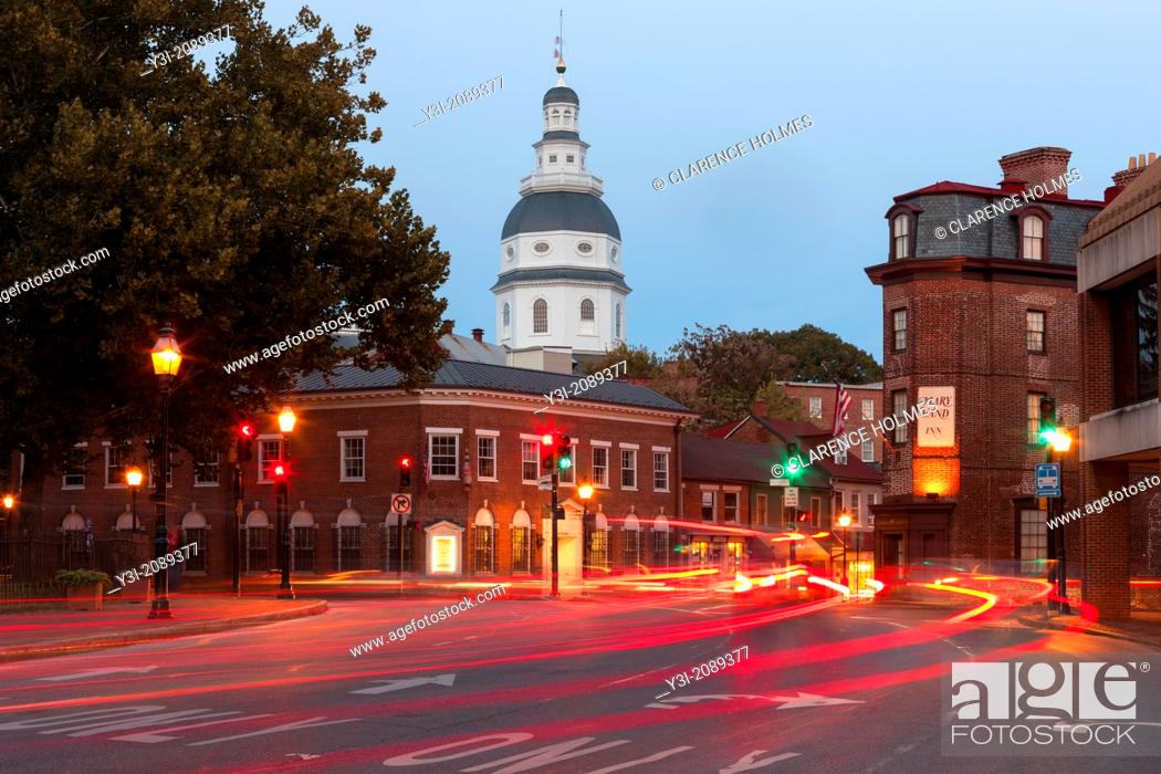 Imagen: Evening traffic on Church Circle in Annapolis, Maryland creates streaks of light in front of the Maryland State House, opened in 1772.