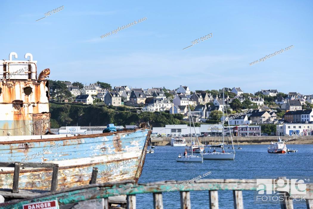 Stock Photo: Shipwreck at the harbour. Camaret-sur-Mer, Finistère, Brittany, France.